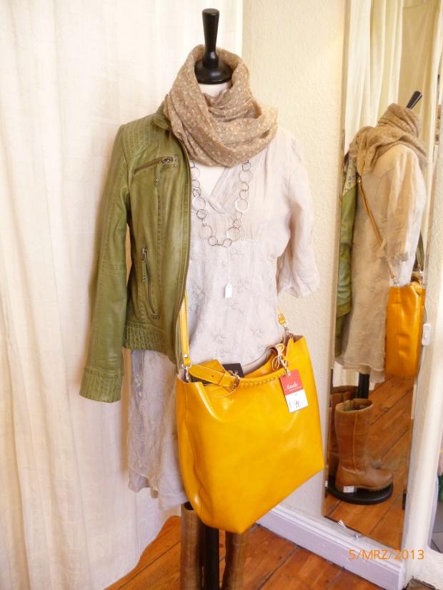 Grüne Lederjacke mit Leinenkleid und gelber Ledertasche