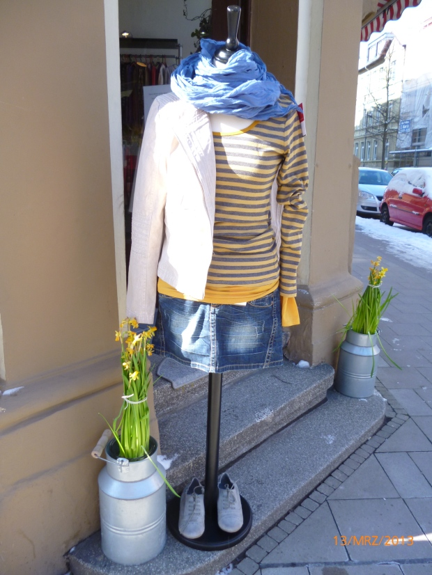 sonnengelbes Shirt mit Jeansrock