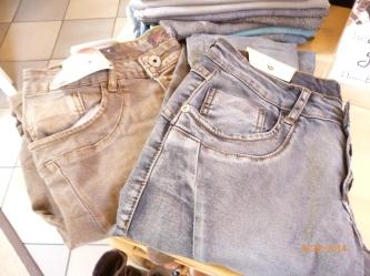 neue Jeans in blau und braun